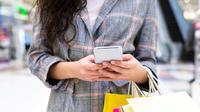 Ilustrasi belanja dengan smartphone (Foto: Shutterstock)