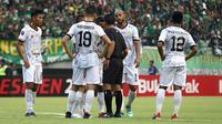 Pemain Tira Persikabo protes pada wasit dalam laga duel Persebaya di babak 8 besar Piala Presiden 2019 di Stadion Gelora Bung Tomo, Surabaya, Jumat (29/3/2019). (Bola.com/Aditya Wany)