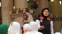 Iis, menjaga jemaah haji perempuan Indonesia saat berziarah ke Raudhah di Masjid Nabawi. (www.kemenag.go.id)