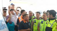 Kakorlantas Polri mengecek Tol Jombang-Mojokerto untuk persiapan mudik Lebaran 2018 (Liputan6.com/ Nafiysul Qodar)