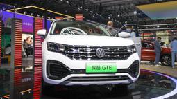 Orang-orang mengunjungi area FAW-Volkswagen dalam Pameran Otomotif Internasional Changchun China ke-17 di Changchun, Provinsi Jilin, China timur laut, Minggu (12/7/2020). (Xinhua/Yan Linyun)