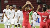 Gelandang Timnas Indonesia, Septian David, dan rekan-rekannya tampak kecewa usai dikalahkan Singapura pada laga Piala AFF di Stadion Nasional, Singapura, Jumat (9/11). Singapura menang 1-0 atas Indonesia. (Bola.com/M. Iqbal Ichsan)