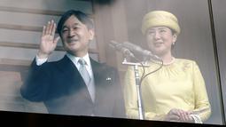 Kaisar Jepang Naruhito dan Permaisuri Masako menyapa simpatisan dalam penampilan perdananya ke publik di Istana Kekaisaran di Tokyo, Jepang (4/5/2019). Naruhito resmi menjadi penguasa monarki tertua dunia setelah sang ayah, Kaisar Akihito, resmi turun takhta. (AP Photo/Eugene Hoshiko)