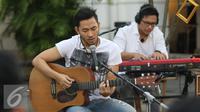 """Penampilan Gitaris Noah Uki, dalam Intimate Music Concert bertajuk """"Eargasm Noah"""" yang digagas oleh vidio.com, di kawasan kota,Jakarta,Rabu (15/6/2016). Band Noah membawakan 8 lagu dalam konser tersebut (Liputan6.com/Herman Zakharia)"""