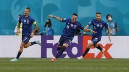 Slovakia membuka keunggulan pada menit ke-18 berkat gol bunuh diri kiper Polandia, Wojciech Szcsesny. (Evgenya Novozhenina/Poolvia AP)
