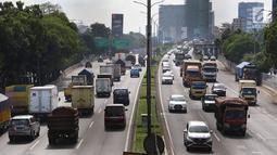 Kendaraan melintasi ruas jalan tol di Jakarta, Selasa (12/3). Badan Pengatur Jalan Tol (BPJT) Kementerian Pekerjaan Umum dan Perumahan Rakyat (PUPR) mencatat, ada 15 ruas tol yang bakal naik pada tahun ini. (Liputan6.com/Immanuel Antonius)