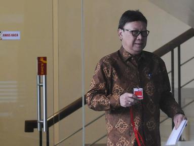 Menteri Dalam Negeri Tjahjo Kumolo seusai memenuhi panggilan penyidik KPK di Jakarta, Jumat (25/1). Tjahjo Kumolo menjalani pemeriksaan sebagai saksi dalam kasus dugaan suap izin Meikarta di Kabupaten Bekasi. (Liputan6.com/Herman Zakharia)