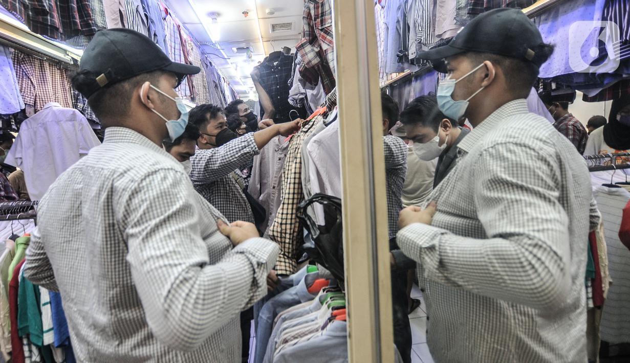 Pengunjung saat memilih pakaian impor bekas di Pasar Senen, Jakarta, Minggu (9/5/2021). Jelang Hari Raya Idul Fitri, bursa pakaian impor bekas masih diminati warga Ibu Kota untuk dikenakan saat Lebaran ataupun aktivitas sehari-hari. (merdeka.com/Iqbal S. Nugroho)