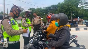Polisi memeriksa warga yang mau masuk ke Kota Pekanbaru yang tengah melaksanakan PPKM level 4.