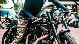 Memiliki hobi di bidang otomotif, khususnya motor gede. Kacamata hitam dengan frame besar menjadi andalan penunjang penampilan aktor sekaligus model tampan ini. (Liputan6.com/IG/@megantaraaa)