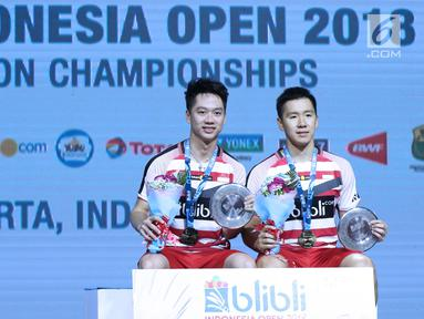 Ganda putra Indonesia, Kevin Sanjaya Sukomuljo/Marcus F Gideon usai mengalahkan Takuto Inoue/Yuki Kaneko (Jepang) di Final Indonesia Open 2018, Istora GBK, Jakarta, Minggu (8/7). Kevin/Marcus unggul 21-13, 21-16. (Liputan6.com/Helmi Fithriansyah)