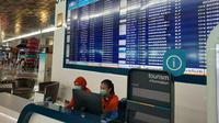 Petugas di Bandara Soekarno-Hatta mengenakan masker. Langkah itu sebagai upaya menghindari penyebaran Virus Corona. (Liputan6.com/Pramita Tristiawati)