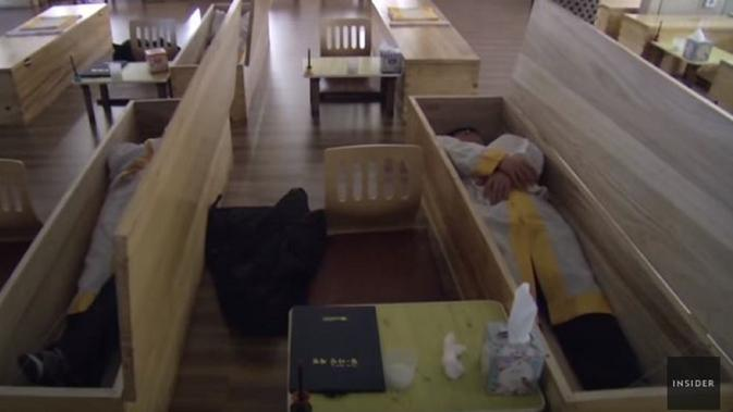 Warga Korea Selatan belajar simulasi kematian (Dok.YouTube/Insider)