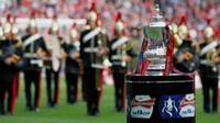Trofi Piala FA. (AFP/Ian Kington)