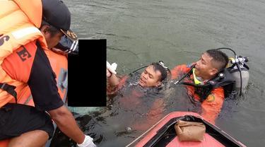 Evakusi jenazah korban tenggelam di Waduk Sempor, Kebumen. (Foto: Liputan6.com/Basarnas/Muhamad Ridlo)