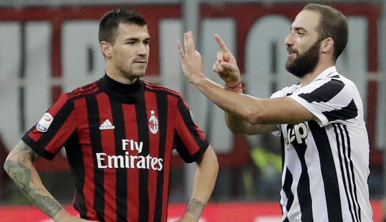 Striker Juventus, Gonzalo Higuain, melakukan selebrasi usai mencetak gol ke gawang AC Milan pada laga Serie A di Stadion San Siro, Sabtu (28/10/2017). AC Milan Takluk 0-2 dari Juventus. (AP/Luca Bruno)