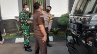 Aparat menyita jimat hingga kondom di rumah Ketua Aliran Hakekok Balakutak, Pandeglang, Banten. (Foto: Liputan6.com/Yandhi Deslatama)