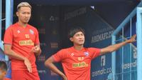 Pemain Arema FC, Dendi Santoso dan Ahmad Alfarizi. (Bola.com/Iwan Setiawan)