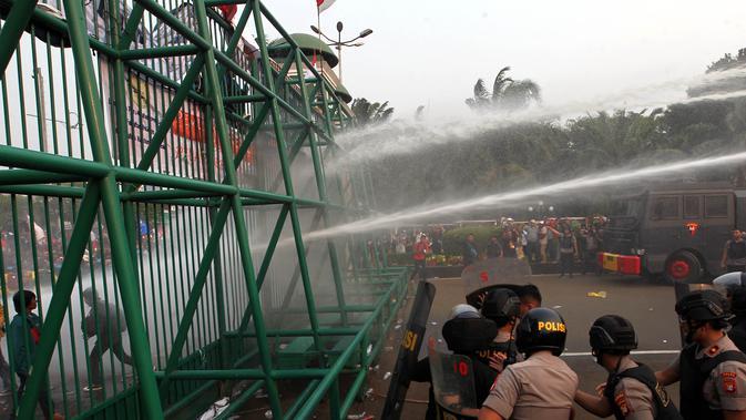 Aksi mahasiswa di depan Gedung DPR/MPR/DPD Senayan, Jakarta. (Liputan6.com/Johan Tallo)