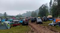 Pemilik dan pecinta Land Rover yang tergabung dalam ILRU ketika menggelar kamping bersama di kaki Gunung Gede, Bogor, Jawa Barat, Sabtu (22/12). Acara yang digelar pada 21-23 Desember 2018 diisi dengan beragam kegiatan menarik. (Liputan6.com/Pool/ILRU)