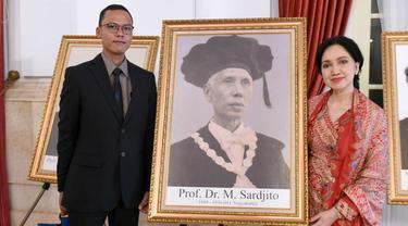 Perwakilan keluarga dari Profesor Dr Sardjito yang dianugerahi gelar pahlawan nasional.