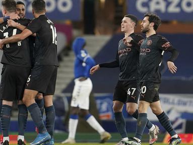 Pemain Manchester City merayakan kemenangan usai mengalahkan Everton. Hasil ini menjadi nilai positif bagi Manchester City dalam usaha merengkuh status jawara musim ini. (Foto: AP/Pool/Jon Super)