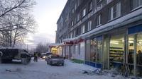 Polisi memeriksa jendela kaca dari sebuah supermarket di Apatity, Rusia, yang rusak karena dihantam tank. (The Guardian/AFP)