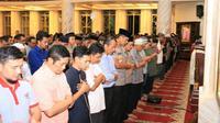 Ratusan anggota polisi di Polda Jawa Barat mengikuti salat gaib di masjidMasjid Al-Amman Mapolda Jabar, Rabu (7/8/2019). (Dok. Humas Polda Jabar)