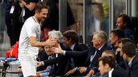 Legenda sepak bola Inggris, Frank Lampard menyapa Carlo Ancelotti dan Antonio Conte saat pertandingan perpisahan Andrea Pirlo, di Stadion Milan San Siro, Italia, (21/5). (AP Photo / Antonio Calanni)