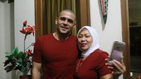 Bomber Arema FC, Cristian Gonzales, berpose dengan istrinya Eva Siregar dengan penampilan rambut baru. (Bola.com/Iwan Setiawan)