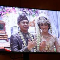 Setelah ijab qabul diucapkan dan dinyatakan resmi pernikahannya, Anissa pun datang dengan mengenakan kebaya berwarna keemasan dan mahkota di kepalanya. Tampak cantik dan anggun. (Nurwahyunan/Bintang.com)