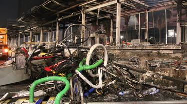 Gubernur DKI Jakarta Anies Baswedan meninjau lokasi sejumlah Halte Transjakarta yang dirusak oleh pendemo UU Cipta Karya. (Dok: Humas Pemprov DKI Jakarta)