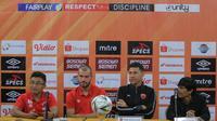 Darije Kalezic (pelatih PSM, ketiga dari kiri) saat konferensi pers jelang laga menjamu Semen Padang di Makassar, Minggu (19/5/2019). (Bola.com/Abdi Satria)