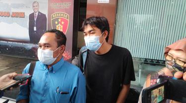 Jurnalis Tempo Nurhadi usai menjalani pemeriksaan di Polda Jatim. (Dian Kurniawan/Liputan6.com)