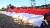 Pembentangan bendera merah putih raksasa di Gunung Prau untuk memperingati HUT kemerdekaan ke-73 RI. (Foto: Liputan6.com/Istimewa/Muhamad Ridlo)