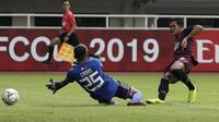 Gelandang PSM Makassar, Rizky Pellu, berusaha mencetak gol ke gawang Kaya FC-Iloilo pada laga AFC Cup 2019 di Stadion Pakansari, Bogor, Selasa (2/4). Kedua tim bermain imbang 1-1. (Bola.com/Yoppy Renato)