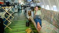 Berbagai peralatan rumahpun tersedia di dalam pesawat Boeing 727 milik Bruce ini.