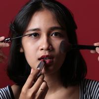 Makeup bisa tahan lama dengan tips ini. (Dei Prayoga/Bintang.com)