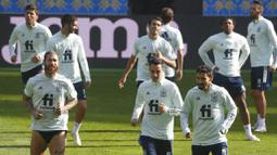 Pemain Spanyol melakukan pemanasan saat sesi latihan jelang laga UEFA Nations League di Stadion Olimpiyskiy, Senin (12/10/2020). Spanyol akan berhadapan dengan Ukraina. (AP/Efrem Lukatsky)