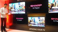 Darius Sinathrya, Brand Ambassador Sharp Indonesia, memperkenalkan varian televisi terbaru dari Sharp dengan ukuran yang lebih besar.
