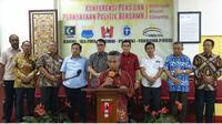 Ketua Umum dan Sekjen Pengurus Pusat Forum Alumni Kelompok Cipayung berdiri bersama saat konferensi pers menyikapi hasil pemilu di jakarta 21/5 di kantor PA GMNI Jakarta