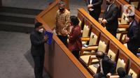 Menteri Keuangan Sri Mulyani menerima dokumen pandangan Fraksi Partai PKS dari juru bicara fraksi PKS Ecky Awal Mucharam pada Rapat Paripurna di Kompleks Parlemen, Senayan, Jakarta, Selasa (25/5/2021). (Liputan6.com/Angga Yuniar)