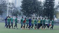 Pemain Timnas Indonesia U-23 menggotong tiang gawang usai latihan di Lapangan ABC Senayan, Jakarta, Rabu (25/4/2018). Latihan tersebut dalam rangka persiapan Anniversary Cup 2018. (Bola.com/M Iqbal Ichsan)