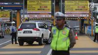 Polisi dan petugas Dishub berjaga di depan Gerbang Tol Bekasi Barat 1, Bekasi, Jawa Barat, Senin (12/3). (Liputan6.com/Arya Manggala)