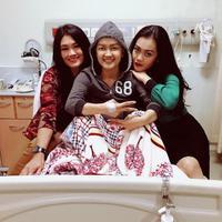 Julia Perez bersama keluarga di rumah sakit (Instagram/@juliaperrezz)