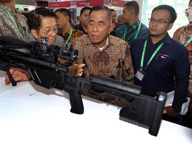 Menhan Ryamizard Ryacudu melihat salah satu senjata selama pameran Indo Defence 2018 Expo and Forum, Jakarta, Rabu (9/11). Pameran ini menjadi ajang promosi bisnis dan teknologi bagi industri pertahanan Indonesia dan dunia. (Liputan6.com/Johan Tallo)