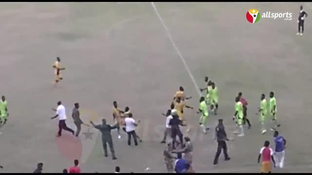 Para pesepakbola dari dua klub divisi dua asal Sekondi di Ghana yaitu Nzema Kotoko dan Mine Stars terlibat dalam tawuran saat laga play-off tengah berlangsung seperti diunduh dari akun youtube Allsports Ghana.