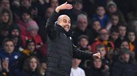 Pelatih Manchester City, Pep Guardiola, memberikan instruksi saat melawan Wolverhampton pada laga Premier League di Stadion Molineux,Wolves, Jumat (27/12). Wolves menang 3-2 atas City. (AFP/Paul Ellis)