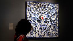 Pengunjung melihat karya seni Keith Haring berjudul 'Untitled' pada pameran 'Michael Jackson: On The Wall' di National Potrait Gallery, London, Rabu (27/6). Pameran ini memperingati ulang tahun Michael Jackson pada 29 Agustus. (AP/Kirsty Wigglesworth)