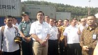 Menteri Koordinator Bidang Kemaritiman Luhut Binsar Pandjaitan di Pelabuhan Indah Kiat, Banten (Liputan6.com/Yandhi Deslatama)